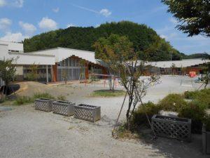 広い園庭で隣接する島田市こども発達支援センターふわりと交流している